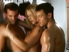 Групповой секс в гардеробе блондинки Monica Farro с тремя парнями