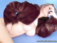 Чешская блондинка с большой грудью Tarra White играет с фаллосом