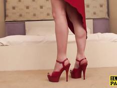 Британская девка в красном платье Honesty Calliaro делает футджоб