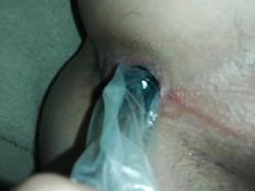 Гей надел презерватив на секс игрушку и засунул в попу приятелю