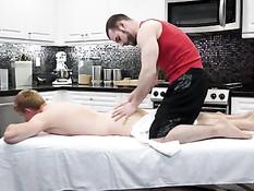 Мускулистый гей сделал парню массаж и вставил член в его задницу