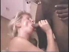 Эту пожилую блондинку может удовлетворить большой чёрный член
