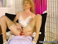 Женщины мастурбируют клитор и сквиртуют в ретро порно фильмах