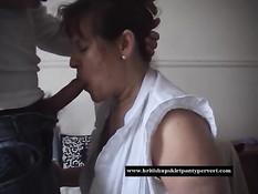 Пожилая дамочка отсосала и подрочила пенис большими сиськами