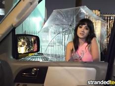 Молодая шалава Gia Paige отсасывает водителю член в автомобиле