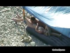 Скрытая камера летом на пляже снимает пары занимающиеся сексом
