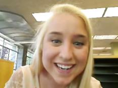 Блондинка показывает сиськи и ебёт себя фаллосом в библиотеке