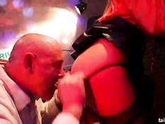 Страстные девчонки в одежде трахаются с мужчинами в секс клубе