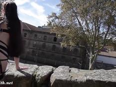 Русская бесстыдница Jeny Smith гуляет голышом по старому городу