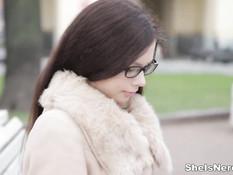 Встретился с молодой очкастой русской девкой и отодрал на кровати