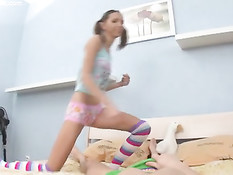 Игривая девчонка с хвостиками садится сверху на член бойфренда
