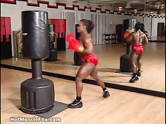 Негритянка бодибилдерша Dayana Cadeau боксирует в голом виде