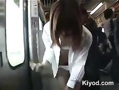 Японская девка раздевается догола и сосёт член в вагоне поезда