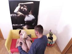 Рыжая девчонка дрочит фотографу пенис и даёт оттрахать в пизду