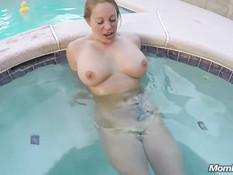 Мужчина залез в бассейн и отодрал в анал татуированную дамочку