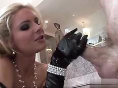 Блондинка Phoenix Marie натёрлась маслом и дала оттрахать в анус