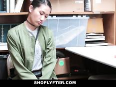 За кражу в магазине худую азиатскую девку оттрахали в подсобке