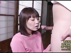 Японская жена в розовой кофточке оттрахана рачком после отсоса