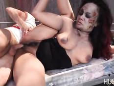 Загримированную в зомби сисястую Annie Cruz трахают во влагалище