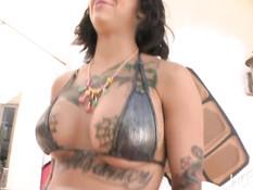Татуированная брюнетка Bonnie Rotten сквиртует и сосёт парню хуй