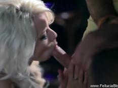 Роскошная блондинка подошла к парню в баре и выдрочила сперму
