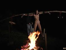 Поимел в разных позах привязанную в лесу секс рабыню Meg Magic
