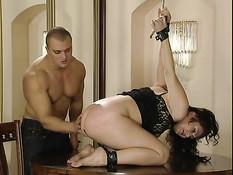 Он отхлестал связанную секс рабыню по голой жопе и вставил член