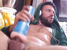 Парень смотрит в наушниках гей порно и мастурбирует член вагиной