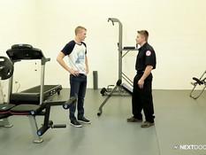 Охранник гей и парень отсасывают друг другу и ебутся в спортзале
