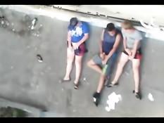 Молодые гомосексуальные ребята дрочили втроём на крыше дома