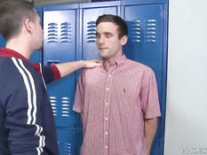 Очкарик гей в раздевалке отсасывает другу студенту хуй в позе 69