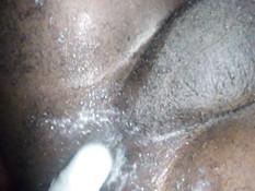 Смуглый гей вставляет фаллоимитатор в свой хорошо смазанный зад