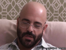 Пожилой бородатый гей вылизал парню задницу и оттрахал рачком