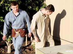 Молодые рабочие геи занимаются любовью в ремонтируемом доме