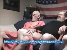 Пожилые американские мужчины решили втроём заняться гей сексом