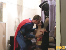 Мужчина в наряде Супермена вместе с полицейским ебёт брюнетку