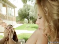 Две романтичные молодые лесбиянки целуются и ебутся на природе