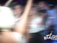 Девушки обнажаются и показывают стриптиз на шоу в ночном клубе