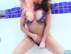 Зрелая бодибилдерша Denise Masino мастурбирует клитор в бассейне