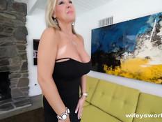 Зрелая жена блондинка возбудила мужа своими большими сиськами