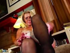 Зрелая блондинка в очках ласкает грудь и трёт волосатую письку