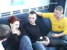 Развратная русская мамочка Ира занимается сексом с тремя парнями