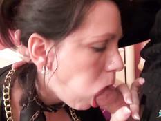 Французская мамочка в сетчатых чулках участвует в съёмках порно