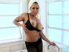 Зрелая бодибилдерша Denise Masino принимает ванну в колготках