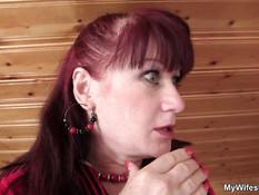 Рыжая зрелая женщина в чёрных чулках трахается с парнем раком