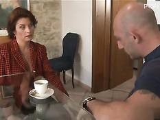 Страстная итальянская женщина в чёрных чулках ебётся с мужиком