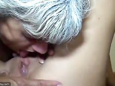 Зрелая светловолосая лесбиянка ебёт страпоном молодую брюнетку