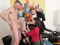 Две неопытные английские девушки учатся делать мужчине минет