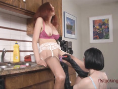 Лесби брюнетка на кухне оттрахала вибраторами рыжую любовницу