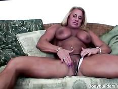 Зрелая блондинка бодибилдер Wanda Moore ебёт себя вибратором